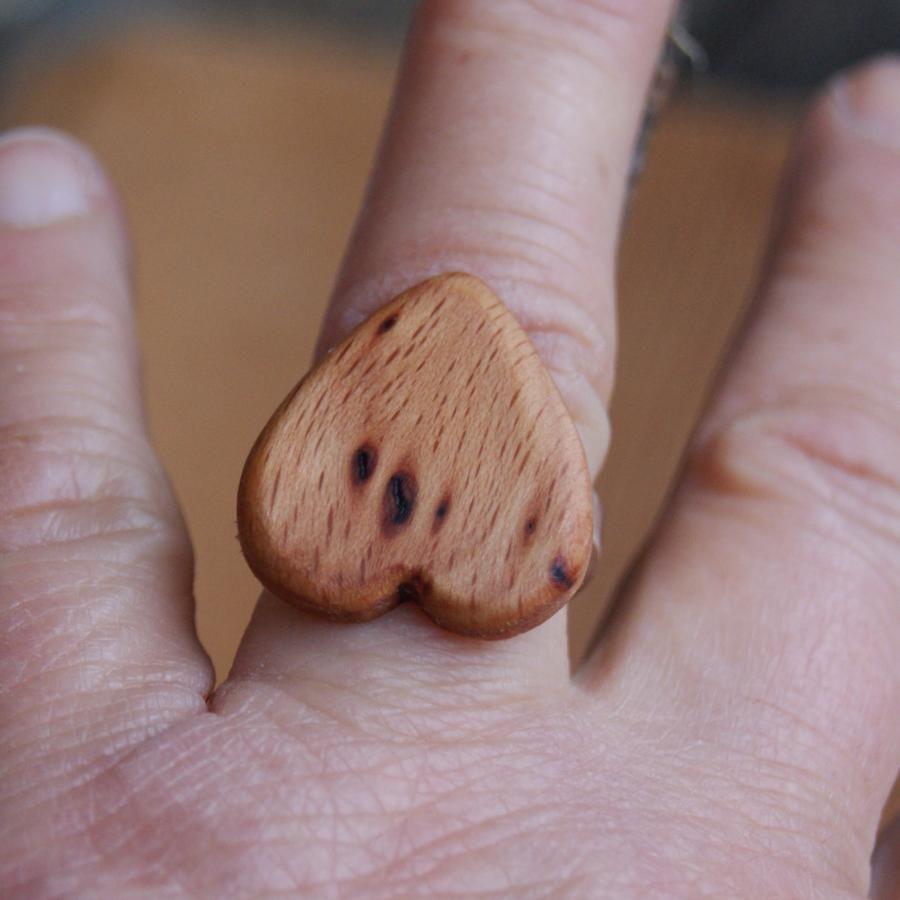 Bague cabochon en bois forme coeur Hetre avec noeud largeur 19mm