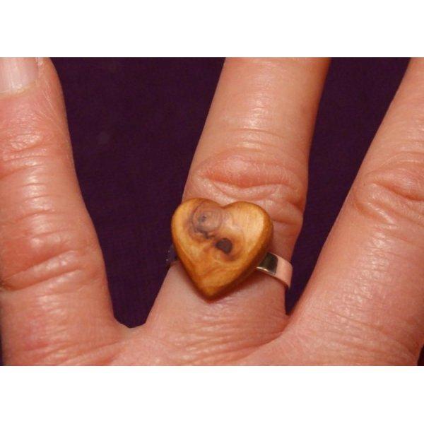 Bague cabochon en bois forme coeur Mélèze avec noeud largeur 14mm