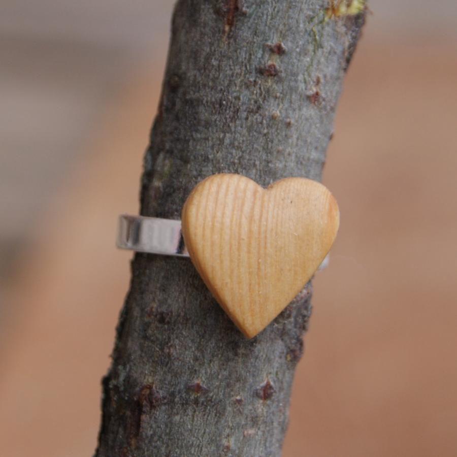 Bague cabochon en bois forme coeur Mélèze largeur 14mm