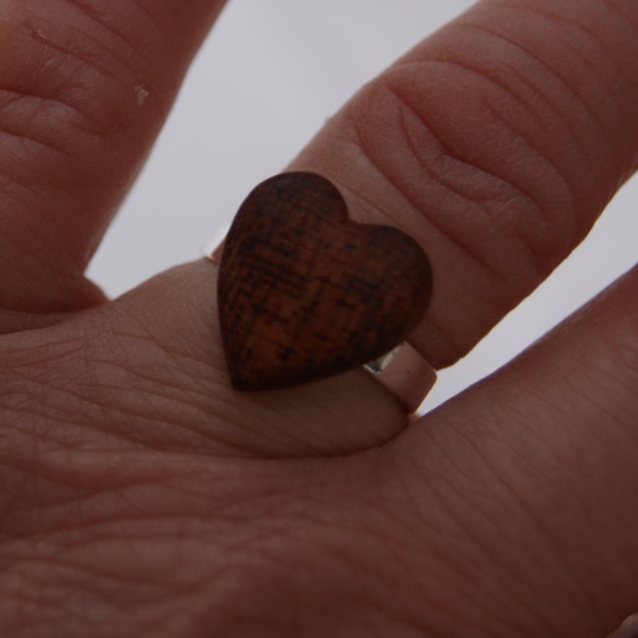 Bague cabochon en bois forme coeur Bois exotique sipo largeur 14mm