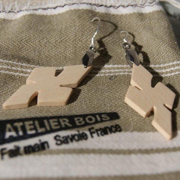 boucle d'oreille croix en érable bijoux éthique en bois, bijou nature ciré, fait main