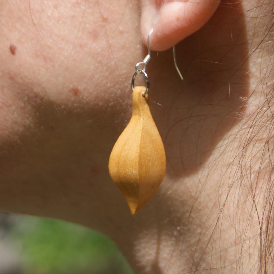 boucle d'oreille  bijoux éthique en bois de merisier, bijou nature ciré