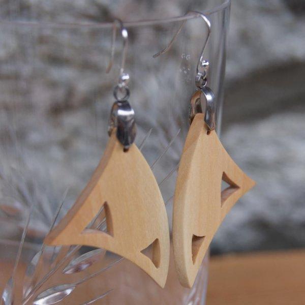 boucle d'oreille triangulaire en bois de merisier bijou éthique en bois, nature, fait main