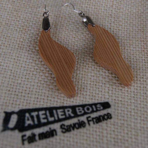 boucle d'oreille vague en bois de meleze bijoux éthique en bois, bijou nature ciré, fait main