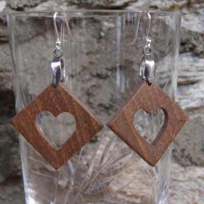 boucles d'oreilles carre avec coeur en Noyer bijoux éthique en bois, noce de bois, Saint valentin,fait main