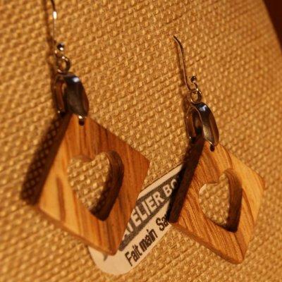 boucles d'oreilles carre avec coeur en chêne bijoux éthique en bois, bijou nature ciré, fait main