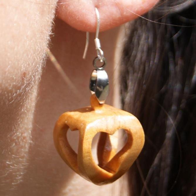 boucles d'oreilles forme 4 coeurs ajourés bois de merisier, a offrir pour la saint valentin, les noces de bois