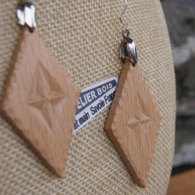 boucles d'oreilles losange sculpté bijoux nature bois massif hêtre fait main