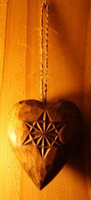 Coeur sculpt d 39 une rosace et d 39 un flocon en bois de tilleul - Rosace en bois sculpte ...
