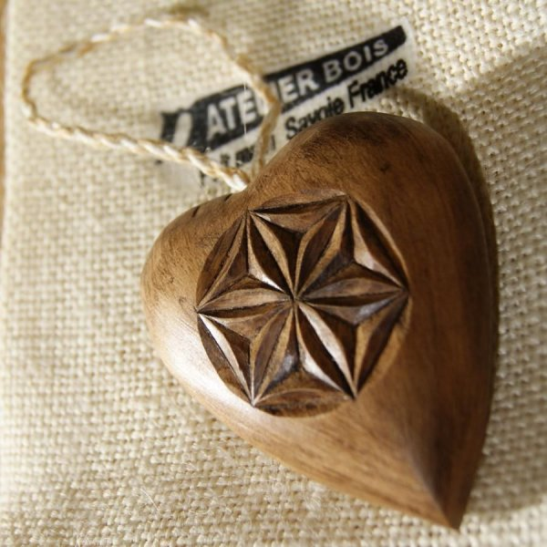 coeur sculpté d'une rosace et d'un flocon en bois de tilleul, idée cadeau saint valentin, noces de bois, sculpté a la main