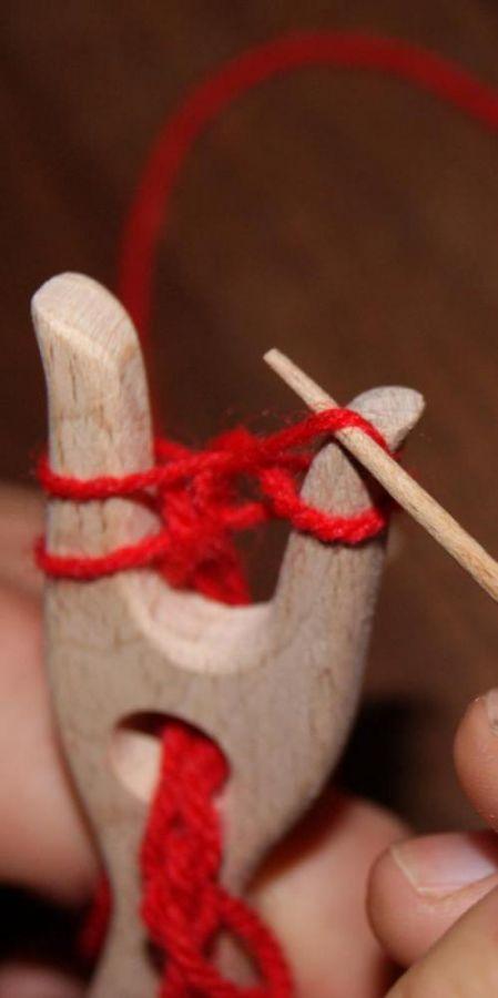 Fourchette à tricoter, lucette médiévale en bois de hetre massif fait main