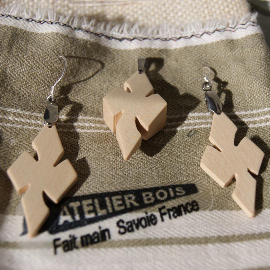 Parure croix en bois d' Erable, boucles et pendentif fait main