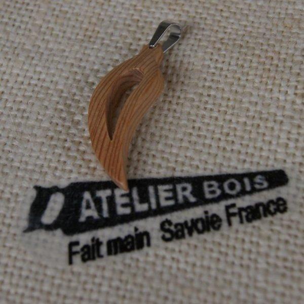 Parure feuille evidée en bois de meleze, boucles et pendentif fait main