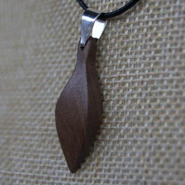 pendentif en bois  feuille en bois de Noyer ciré, bijou éthique fait main