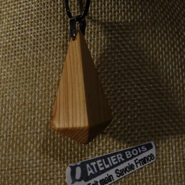 pendentif en bois de meleze, forme pyramidale,ciré bijou éthique, fait man