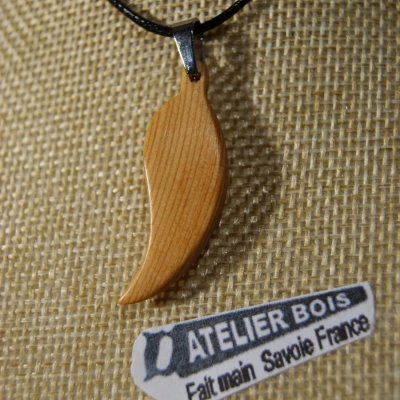 pendentif en bois  plume ou feuille en bois de Mélèze ciré, bijou éthique fait main