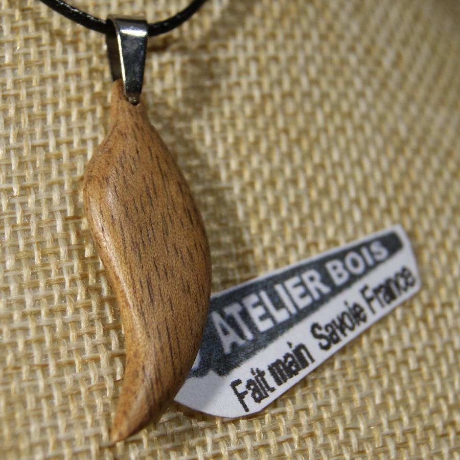pendentif en bois  plume ou feuille en bois de noyer ciré, bijou éthique fait main