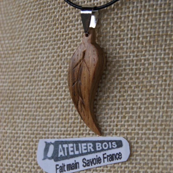 pendentif feuille bois de chene ciré bijou ethique en bois massif, bijou nature fait main, avec nervures