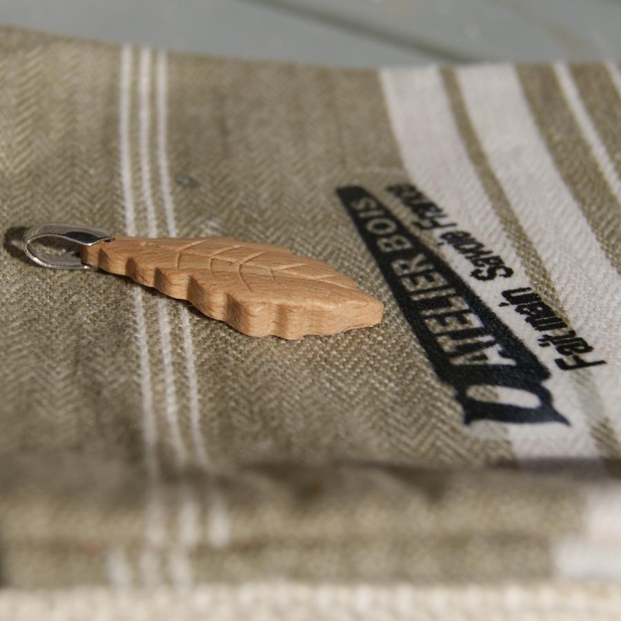 pendentif feuille de chêne en bois de Hêtre ciré bijou éthique, fait main