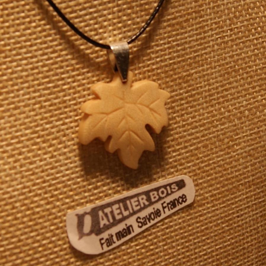 pendentif feuille d'érable en bois d'érable nervuré ciré bijou éthique, fait main