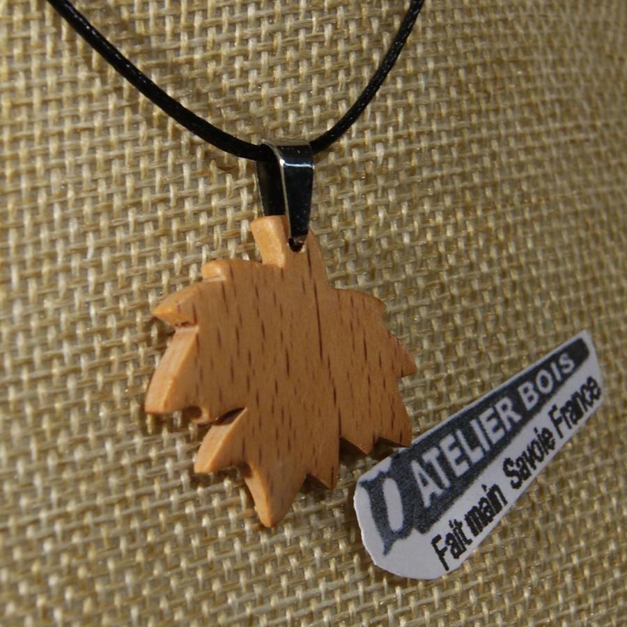 pendentif feuille d'érable en Hêtre ciré bijou éthique, fait main