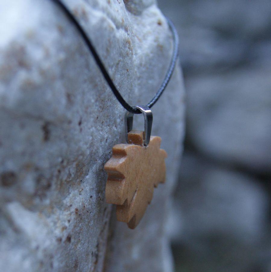 pendentif feuille d'érable en merisier ciré bijou éthique