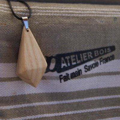 pendentif en bois de frene ciré bijou éthique, fait main, forme pyramidale