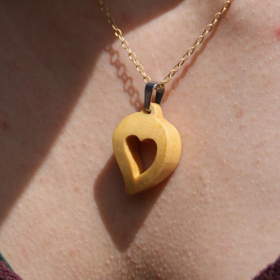 pendentif noce de bois  bijoux bois et nature coeur découpé, fait main, idée cadeau saint valentin, noces de bois