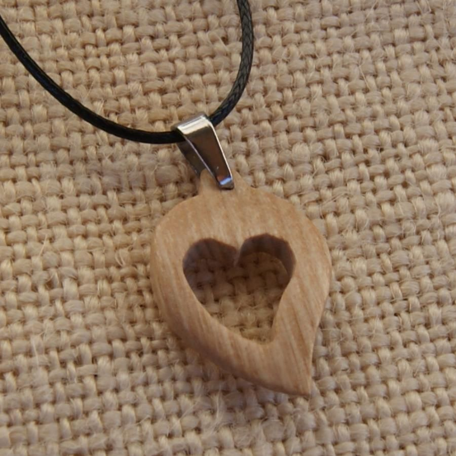 pendentif coeur en bois de frêne, noce de bois, saint valentin,  bijoux bois et nature fabrication artisanale
