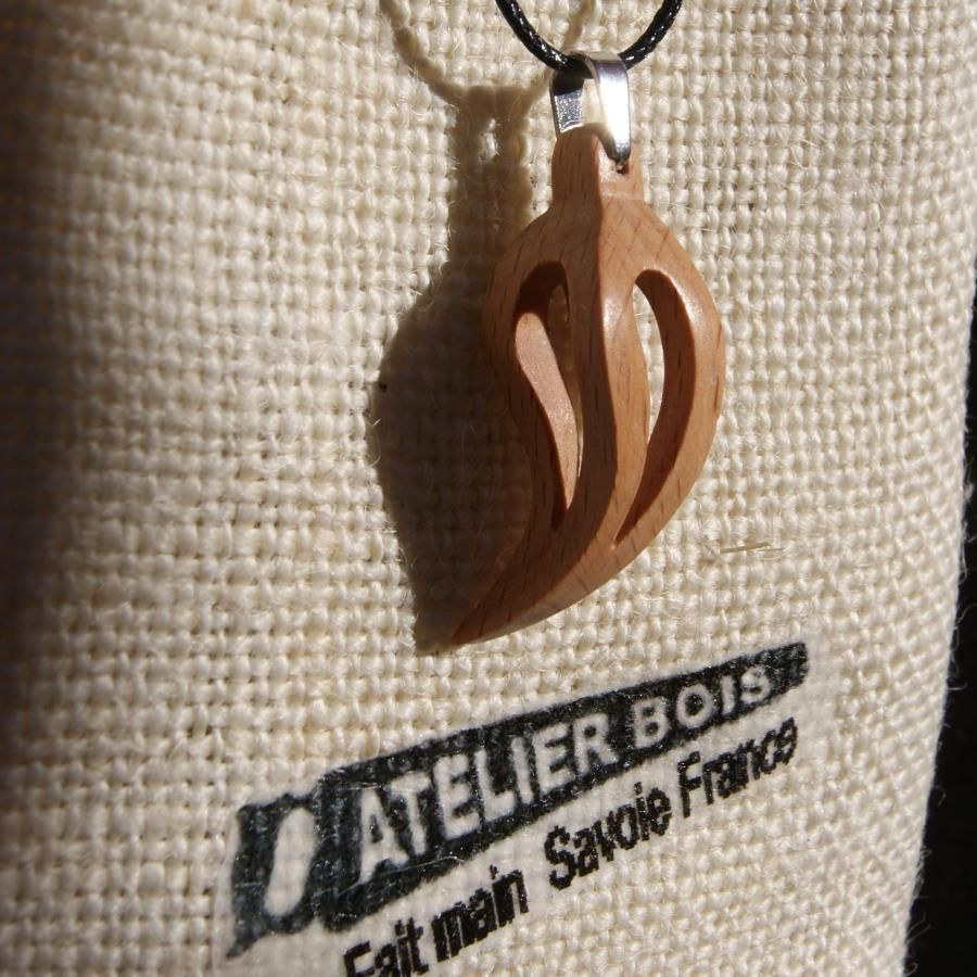 pendentif plume ou feuille evidée en hetre ciré bijou ethique en bois, bijou nature fait main