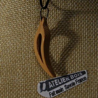 pendentif plume ou feuille evidée galbée en bois de meleze ciré bijou ethique nature fait main