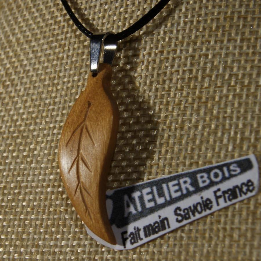 pendentif feuille bois de merisier ciré bijou ethique en bois massif, bijou nature fait main avec nervures