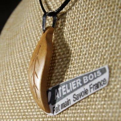 pendentif plume ou feuille merisier ciré bijou ethique en bois massif, bijou nature fait main