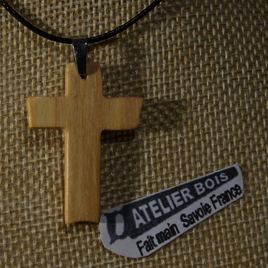 petite croix en bois d' if sur cordon réglable