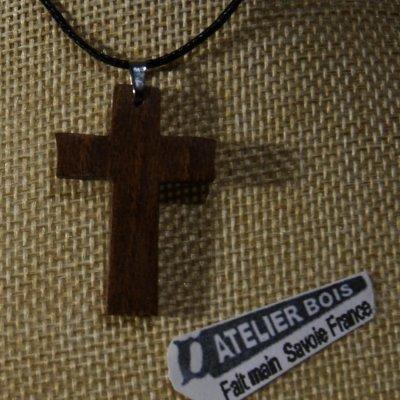 pendentif petite croix en bois de noyer massif sur cordon réglable fait main