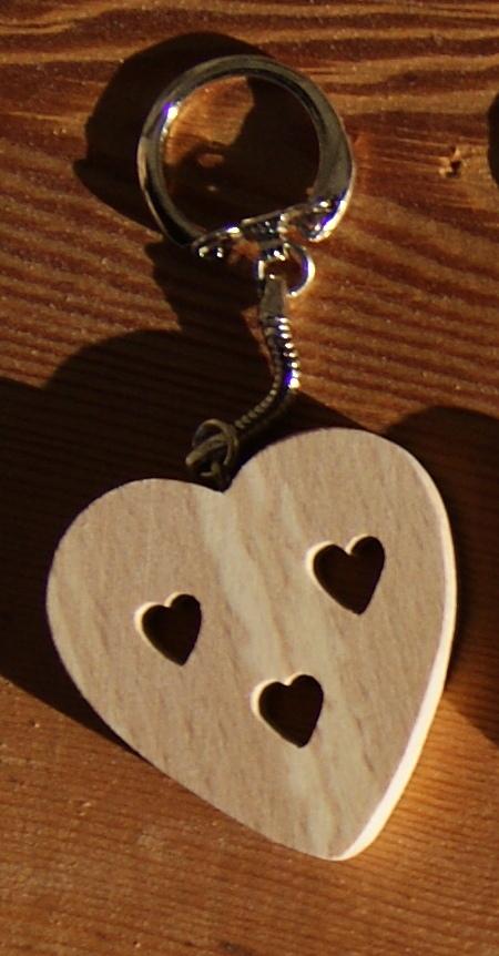 porte clef coeur et coeurs decoupés Saint Valentin, noces de bois, bois massif fait main