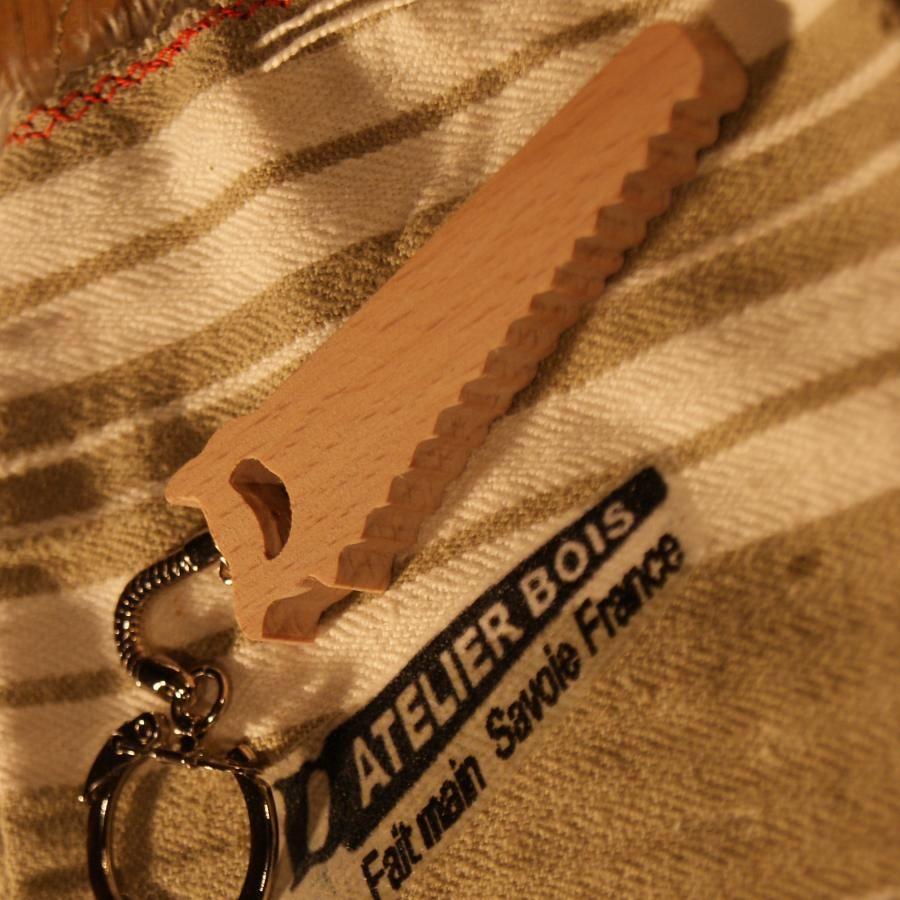 porte clef scie en bois de hetre massif fabrication artisanale, cadeau original et utile pour un papa bricoleur, un menuisier