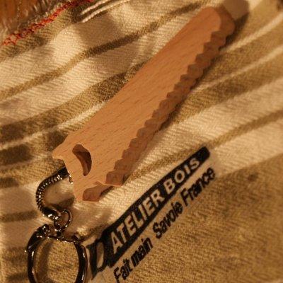 porte clef scie en bois de hetre massif fabrication artisanale, cadeau original et utile pour un bricoleur, un menuisier