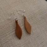 boucle d'oreille bijoux éthiques en bois fabrication artisanale merisier ciré