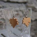 boucles d'oreilles feuille d'érable en bois de hetre bijoux éthique en bois, bijou nature ciré, fait main