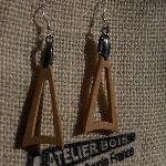 boucle d'oreille triangle en bois de merisier bijoux éthique en bois, bijou nature ciré, fait main