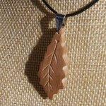 pendentif feuille de chêne en bois de Noyer ciré bijou éthique, fait main