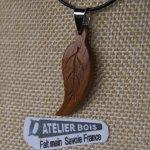 pendentif feuille bois de noyer ciré bijou ethique en bois massif, bijou nature fait main, avec nervures