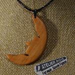 pendentif lune en bois de merisier bijoux bois et nature, fait main
