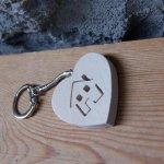 porte clef coeur et motif maison découpée dans le coeur en bois massif, fait main