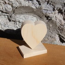 Coeur en bois 6 x 7.5 cm sur socle
