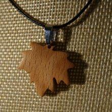 pendentif bois feuille d'érable en bois de Hêtre ciré bijou éthique, fait main