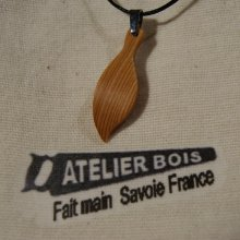 pendentif en bois  feuille en bois de Mélèze ciré, bijou éthique fait main