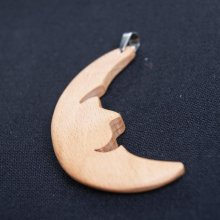 pendentif lune en bois de hêtre  bijoux bois et nature, fait main