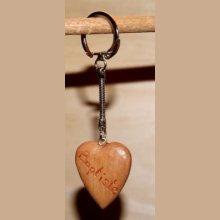 porte clef coeur en bois gravé 1 face Saint Valentin, noces de bois merisier  massif fait main
